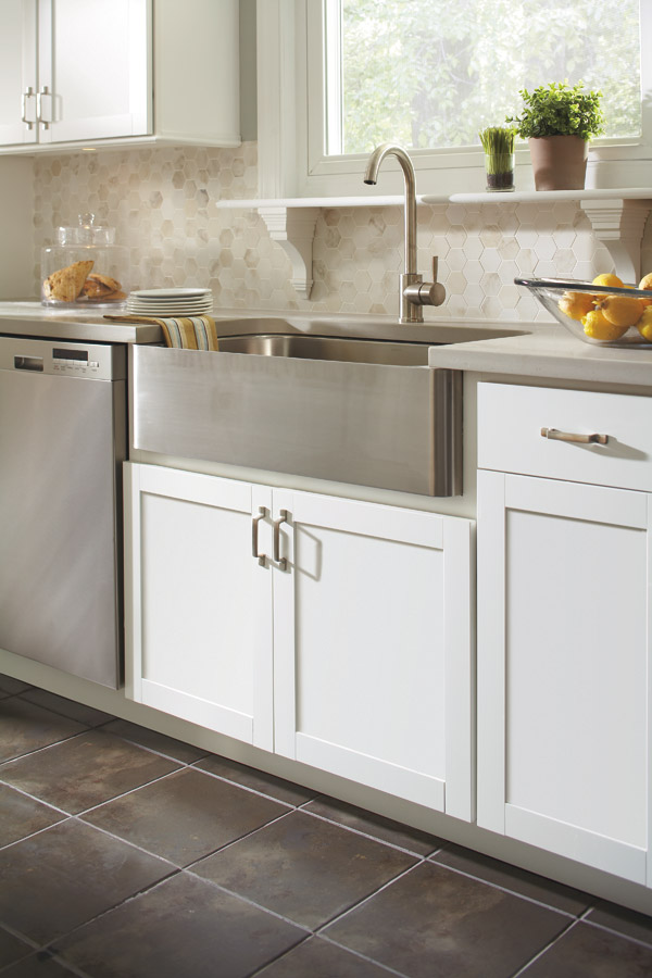 Country sink base cabinet in White